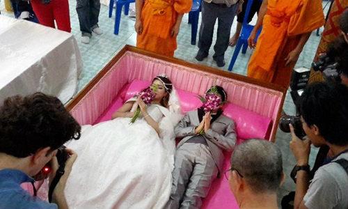 มาแปลก วัดย่านนนทบุรี จัดงานวิวาห์ลงโลง วันแห่งความรักของพระพุทธศาสนา