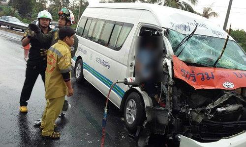 รถตู้ชนท้ายรถแตงโม ก่อนตายคนขับให้ช่วยเด็กก่อน