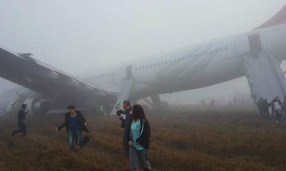 หมอกลงหนาจัด สายการบินตุรกีพุ่งตกรันเวย์ที่เนเปล