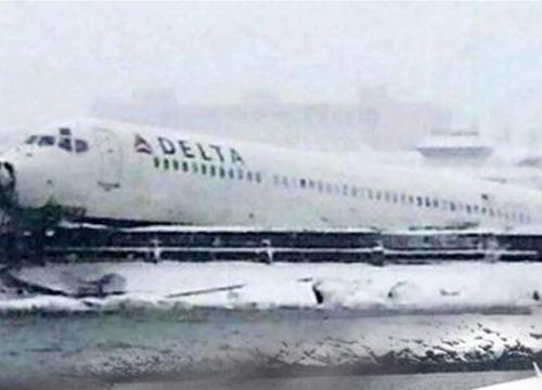 บินโดยสารสหรัฐฯ ไถลออกนอกรันเวย์-ไร้เจ็บ