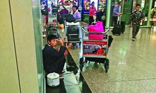 หนุ่มจีนโชว์ทีเด็ด เสียบปลั๊กหุงข้าวกินกลางสนามบิน