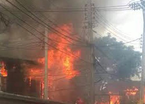 ไฟไหม้โรงงานรับซื้อของเก่าโคราช-เร่งดับ