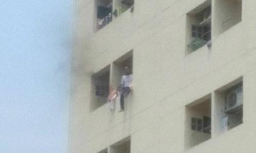 ชาร์จตัวหนุ่มคลั่งจะโดดตึก เคราะห์ซ้ำเจอลิฟท์ค้าง