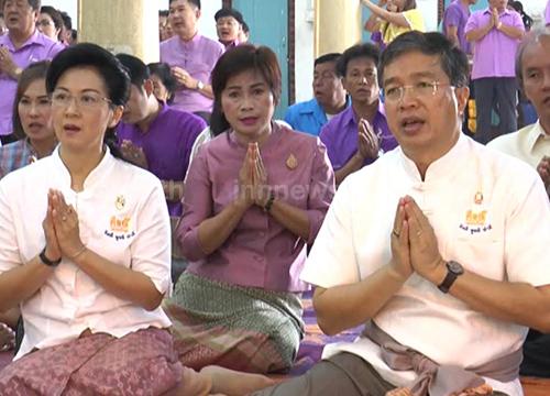 ชาวลพบุรีแต่งชุดไทยทำบุญทุกวันพระ
