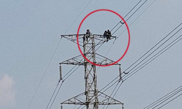 วินาทีระทึก ชายวัยกลางคนปีนเสาไฟฟ้า ลูกชายคว้าตัวไว้ได้ทัน