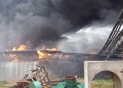 ไฟไหม้โรงงานน้ำมันปาล์มชลบุรี-จนท.เร่งดับ