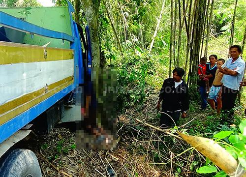 ปราจีนบุรี รถ 6 ล้อไหลชนต้นไม้ คนขับคอหักตาย