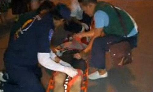 หนุ่มจีนประชดแฟนสาว โดดลงรถสองแถวเจ็บสาหัส