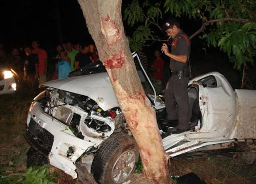 กระบะเสียหลักพุ่งชนต้นไม้ข้างทางตาย3 เจ็บ3