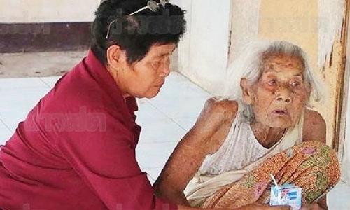 แม่เฒ่าวัย 95 นั่งเฝ้า-ซับน้ำเหลืองศพลูกชาย เกือบสัปดาห์