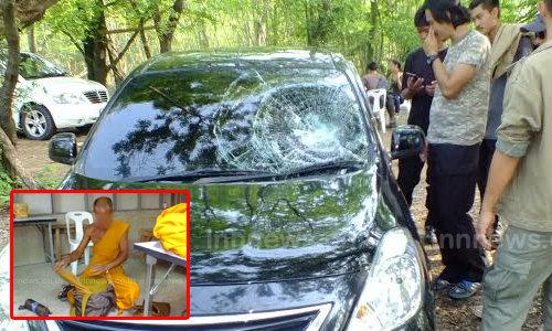 พระหงุดหงิดไม่มีใครใส่บาตร ทุบรถเก๋งเสียหายทั้งคัน