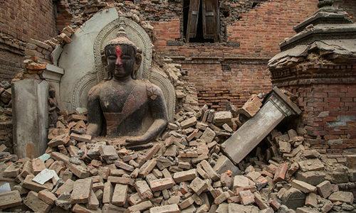 แผ่นดินไหวเนปาล ยอดตายพุ่ง 2,200 ศพ ผวาอาฟเตอร์ช็อก