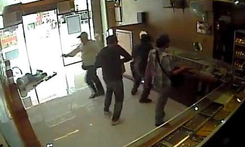ตำรวจกระบี่วุ่น! คนแชร์คลิปเดือดปล้นร้านทอง ที่แท้..โอละพ่อ