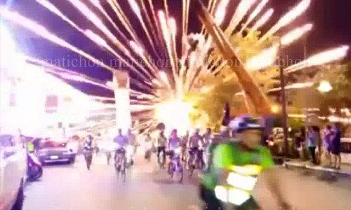 """คลิปวินาที!! พลุระเบิด ขณะเปิดงานปั่นจักรยานภูเก็ตฟีเวอร์ """"ไนท์ไรด์"""" หามส่งรพ. 4 ราย"""