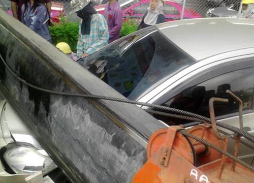 เครนก่อสร้างล้มขวางรางรถไฟดอนเมืองรถพัง2เจ็บ1