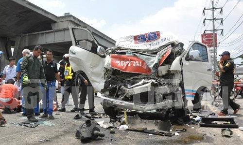 รถตู้โดยสารกรุงเทพชลบุรี ชนสนั่นท้ายรถบัส นักท่องเที่ยวบาดเจ็บ