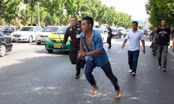 ระทึก! หนุ่มเมาอาละวาด ตะโกนด่า ชกตำรวจ พื้นที่ศาลอาญารัชดาฯ ไล่จับพัลวัน