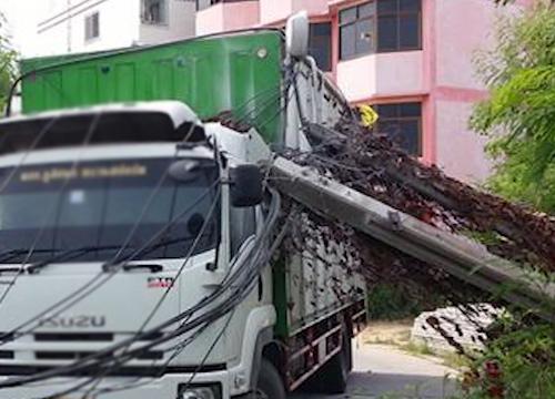 รถบรรทุกเกี่ยวสายเคเบิ้ลร่วงกีดขวางการจราจร2จุด