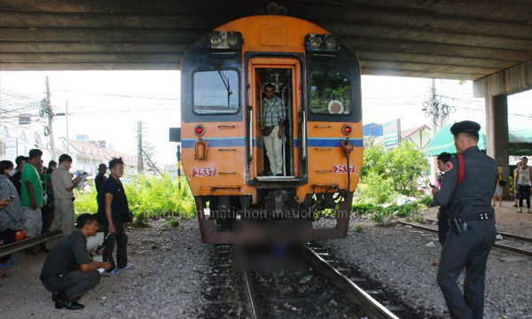 สาวใหญ่อดีตภารโรงนั่งกลางราง ให้รถไฟทับร่างดับ