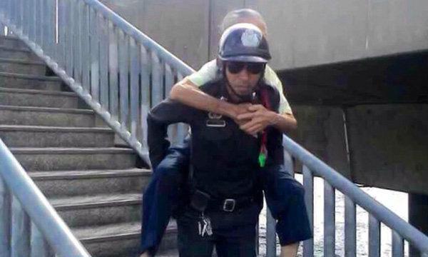 ผบ.ตร. มอบขวัญกำลังใจ ตำรวจอุ้มชายชราลงสะพาน