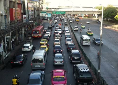 ถนนหลายเส้นในกทม.มีปริมาณรถมากติดขัด