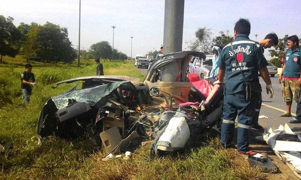 รถเก๋งชนเสาป้ายบอกทาง ขาด 2 ท่อน ดับ 2 ศพ