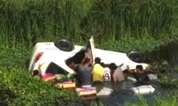 ชาวเน็ตชื่นชม ภาพชายฉกรรจ์ช่วยสาวออกจากรถตกคูน้ำ