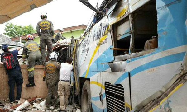 รถทัวร์เบรกแตกพุ่งชนรถนักเรียน กลางแยกที่ลำปาง