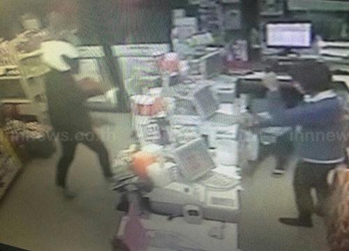 คนร้ายควงปืนปลอมบุกเดี่ยวปล้นเซเว่นกลางตลาดชัยบาดาล