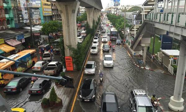 ฝนตกหนักในเมืองกรุง น้ำท่วมถนนหลายสาย จราจรแน่น