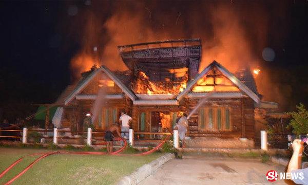 ไฟไหม้วอด เรือนไม้สักเมืองตรัง เจ้าของได้แต่ยืนดู