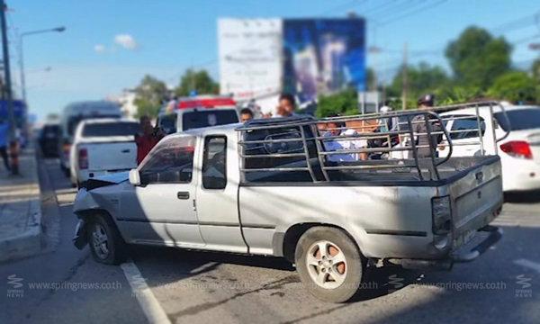 ระทึก! ลุงขับรถกระบะเกิดลมบ้าหมูกำเริบชนรวด 4 คัน