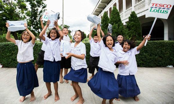 เทสโก้ โลตัส ยอดบริจาครองเท้านักเรียนทะลุเป้า หลังลูกค้ารวมพลังแบ่งปันความสุข