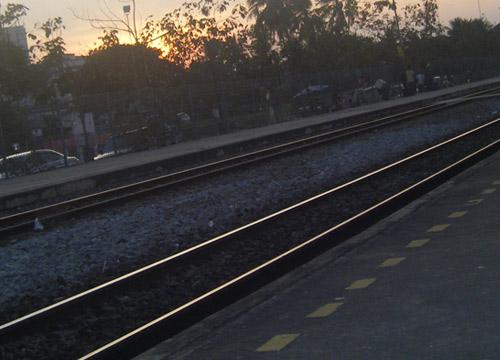 ระทึก!รางรถไฟหักที่บางบอนคนตกค้าง-เปิดใช้ปกติแล้ว