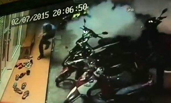 นาทีระทึก! วัยรุ่นปาระเบิดปิงปอง 3 ลูกซ้อนใส่ร้านเกมส์