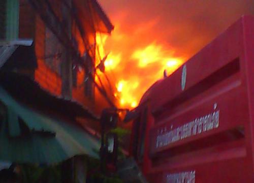 ไฟไหม้ชุมชนวัดเชิงหวายยังคุมเพลิงไม่ได้
