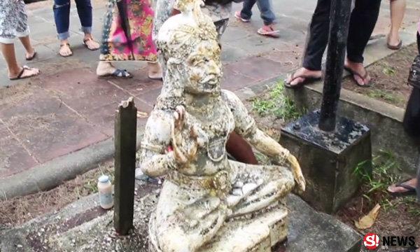 คนแห่พิสูจน์ รูปปั้นทรงอินเดีย คลื่นซัดเกยตื้นตะกั่วป่า