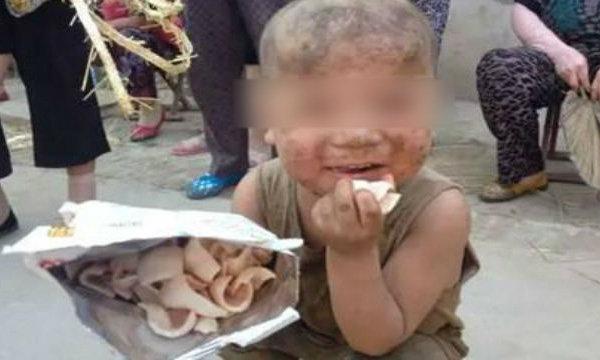 สลดเด็ก 7 ขวบ ครอบครัวยากจนต้องกินนอนในเล้าหมู