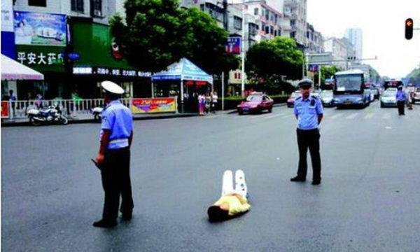 อึ้ง! สาวจีนวัย 20 นอนให้รถทับ ประชดพ่อไม่ซื้อโทรศัพท์ให้