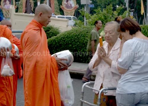 พุทธศาสนิกชนไทย-เทศทำบุญวันเข้าพรรษาคึกคัก