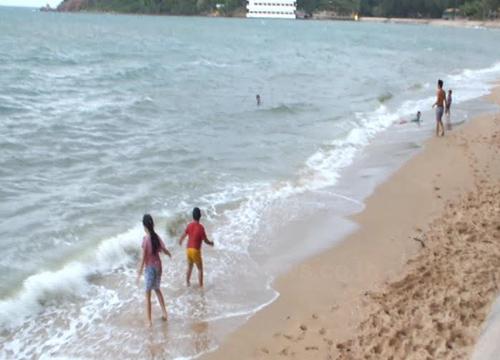 จันทบุรีปักธงแดงเตือนห้ามลงเล่นน้ำ