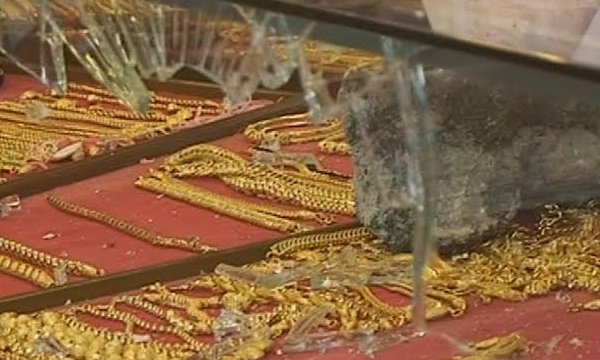 โจร 5 วิฯ ถือก้อนหินวิ่งเข้าร้านทอง ทุบตู้กวาดนับล้าน (มีคลิป)
