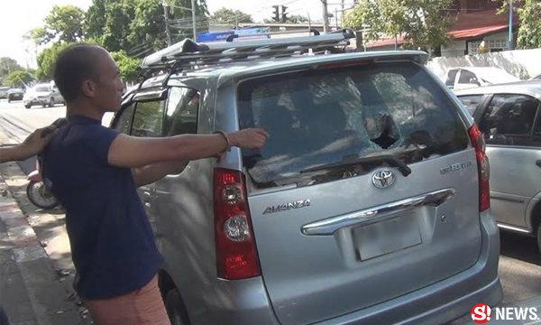หนุ่มเพี้ยนใช้ก้อนอิฐทุบรถ 13 คัน แม่โร่ชดใช้ค่าเสียหายแทน