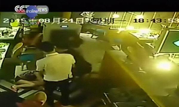 บริกรหนุ่มจีนร้านหม้อไฟฉุนถูกตำหนิผ่านโลกออนไลน์ ราดน้ำร้อนใส่ลูกค้า