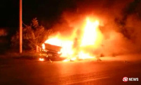 สาวขับเก๋งชนเสาไฟฟ้า ระเบิดไฟลุกคลอกร่างไหม้เกรียม พลเมืองดีช่วยไม่ทัน