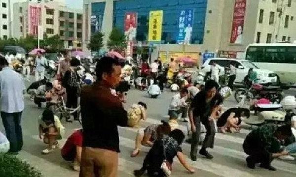"""ฮือฮา พี่จีนนับร้อยหน้ามืด-แตกตื่น แห่เก็บ""""ทองคำ""""ทั่วท้องถนน ก่อน""""เงิบ"""""""