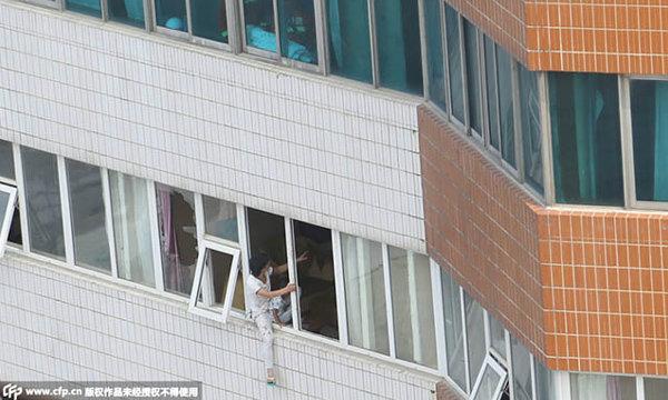 ระทึก! หนุ่มจีนจับลูกผูกเอว ขู่กระโดดตึกหลังรู้ความจริงปวดใจ