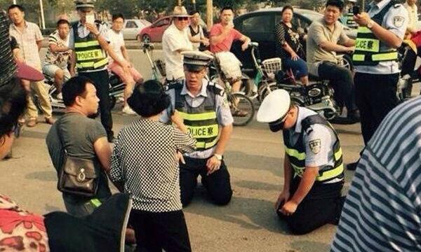 วิจารณ์แซ่ด ภาพตำรวจจีนคุกเข่า-ใจเย็น จับผู้ต้องหากลางถนน