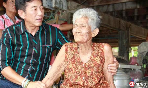 แม่เฒ่ายิ้มสู้ วัย 81 ยังเข้มแข็ง เลี้ยงครอบครัว 3 ชีวิตที่พิการ