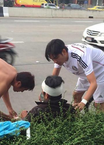 ศรรามช่วยคนเจ็บหลังแข่งฟุตบอล FCชื่นชม